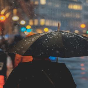Straal in de regen met een trendy regenjas!